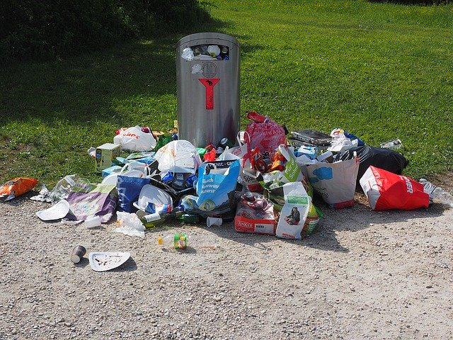 odpadky u popelnice