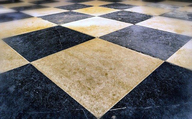 šachovnice na podlaze