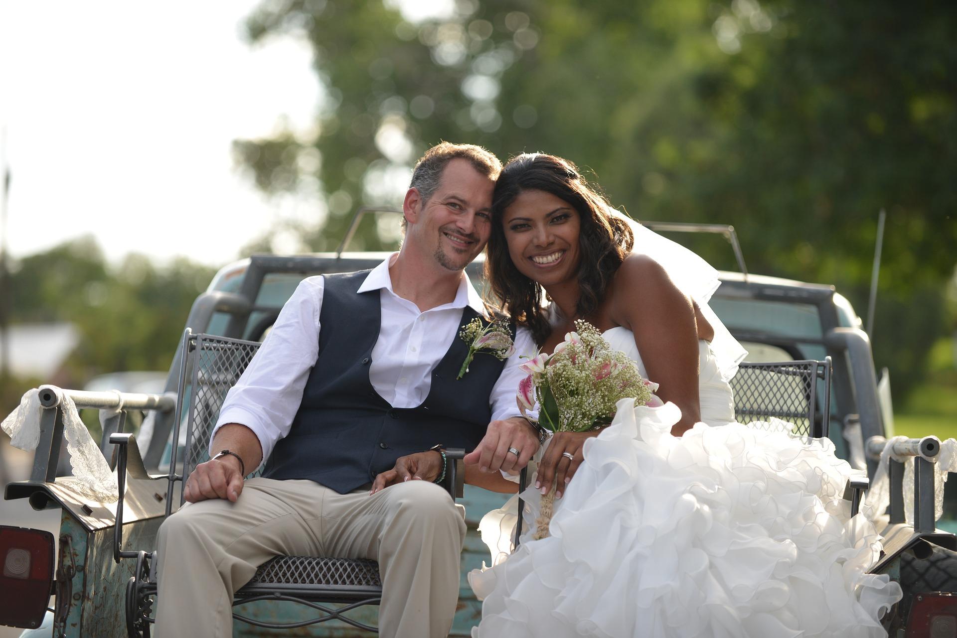 novomanželé na autě